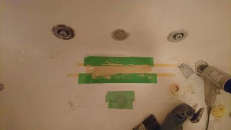 お風呂浴槽穴あきパテ処理1